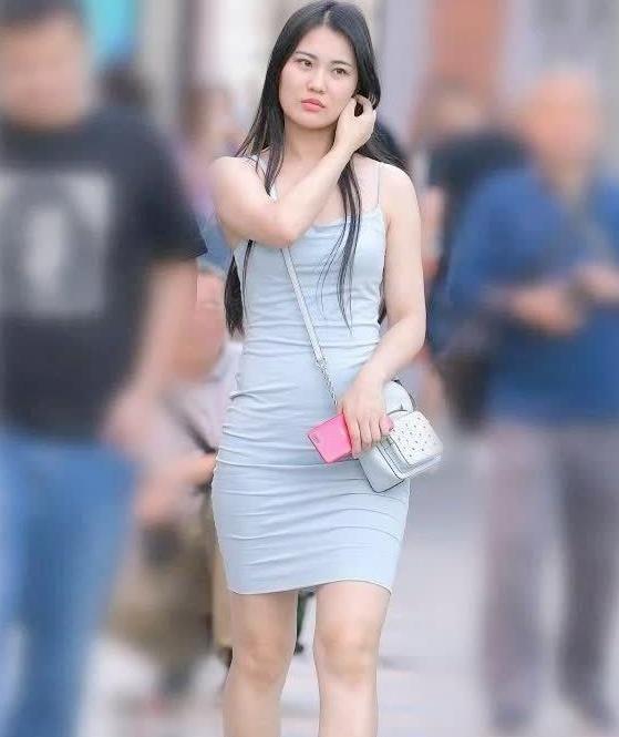 街拍:小姐姐是微胖界的翘楚配上吊带裙,美得毫无道理