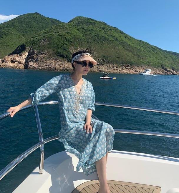 吕良伟老婆出海玩,穿民族风印花裙很清新,48岁气质很优雅!