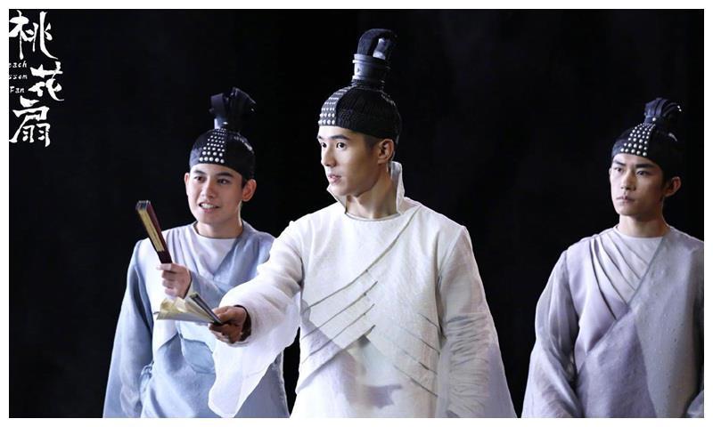 《新桃花扇》剧照流出刘昊然翩翩公子手持折扇,同框还有易烊千玺