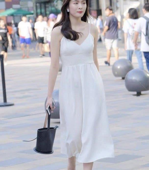 30出头的女孩依然穿着娇嫩,小仙女裙与水晶鞋相配还真是完美