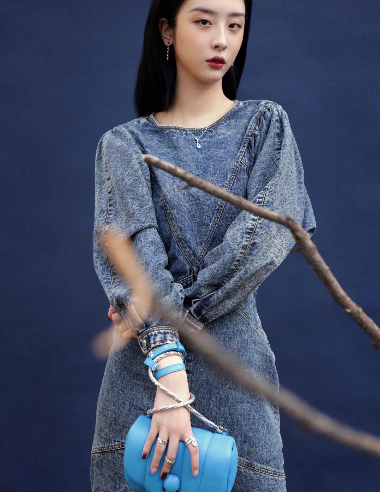 高冷女神赵小棠最新造型,身穿牛仔连衣裙,厌世脸高级又大气