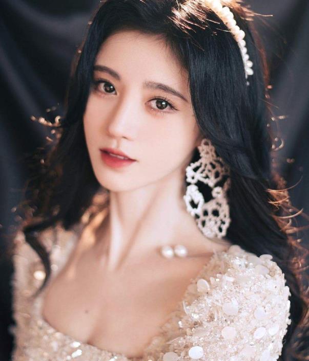 鞠婧祎cos小龙女,当看清她掀起刘海的样子,我没眼花吧?