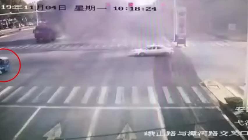 紧急救援!油罐车起火地带老人遭遇车祸 交警冒险冲进烟区救人