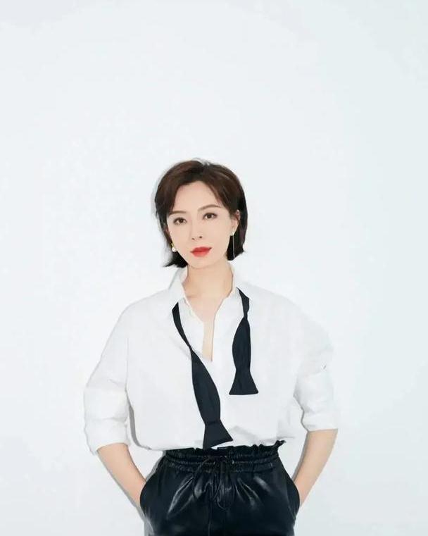 陈数真会穿,白衬衫搭配黑皮裤优雅又减龄,职场精英们可以借鉴