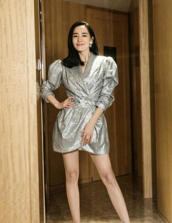 王智穿银色亮片连衣短裙亮相,风情万种时髦又吸睛,满满的高级感