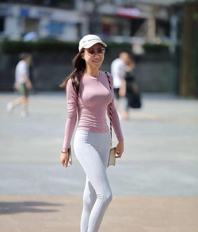 紧身瑜伽裤搭配粉色上衣,轻松凸显小蛮腰,展现清新休闲运动风