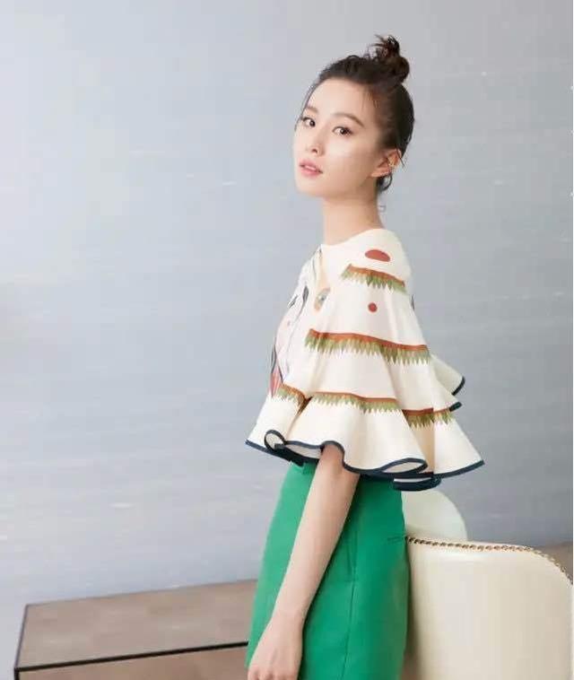 刘诗诗私服照,具有设计感的像灯罩一样的袖子,很时髦