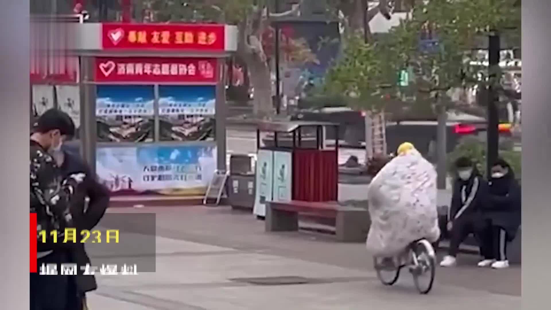 街头市民裹棉被骑自行车,高手在民间到底有多冷?