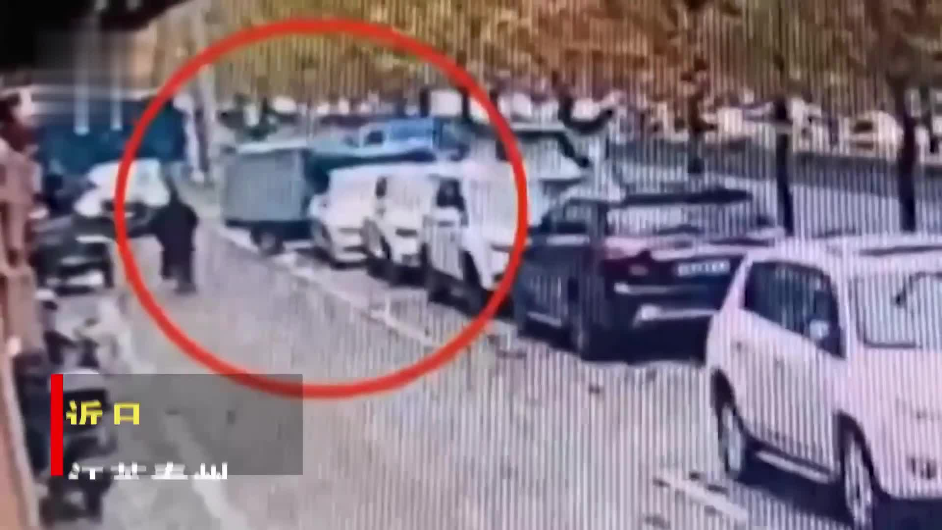三轮车撞坏宝马,快递小哥主动认错,民警却发现肇事者另有其人