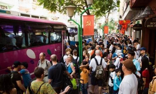 越南最具特色卧铺大巴,当地人很享受,中国游客却直呼受不了?