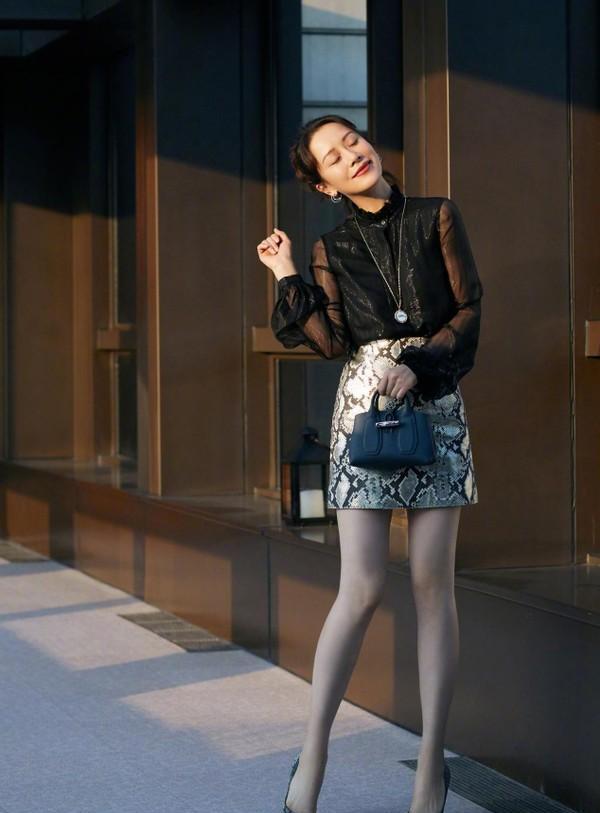 海清的心态好年轻啊,染黄毛穿牛仔裤,看着又酷又可爱的