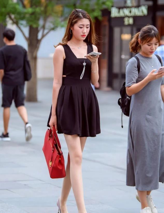 街拍:白皙纤细的大长腿合集,简约穿搭,彰显迷人身材!