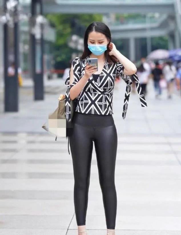 黑白上衣搭配紧身皮裤时尚经典