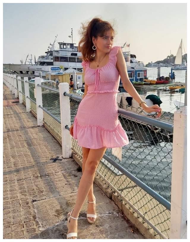 女星布兰卡·布兰科现身马里布海滩,她身上有着特别的柔美