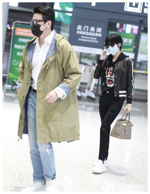 陆毅和鲍蕾现身机场,对镜友善打招呼,两人十指紧扣甜蜜放闪
