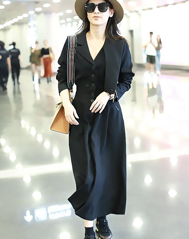 黄圣依街拍:黑色长裙运动鞋Hermes Kelly包袋飘逸优雅