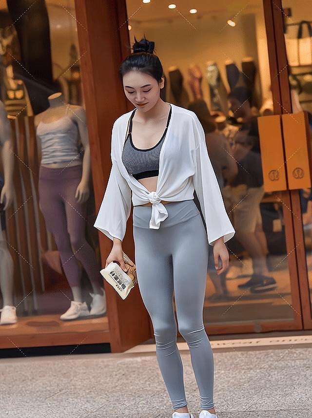 熟龄宝宝这样穿,灰色瑜伽裤+雪纺小衫,做温柔典雅的小女人