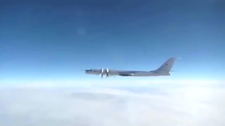 俄军图-142侦察机飞临英国领空,英军台风战机赶忙拦截!
