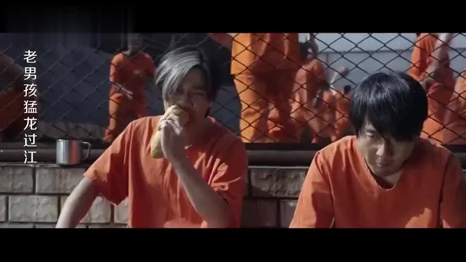 监狱恶霸还以为矮个子好欺负,不料人家是国际杀手,这下有戏看了