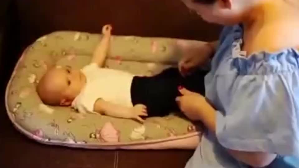 这就是血脉吧!爸爸第一次见到女儿,父女对视的一刻太温情了