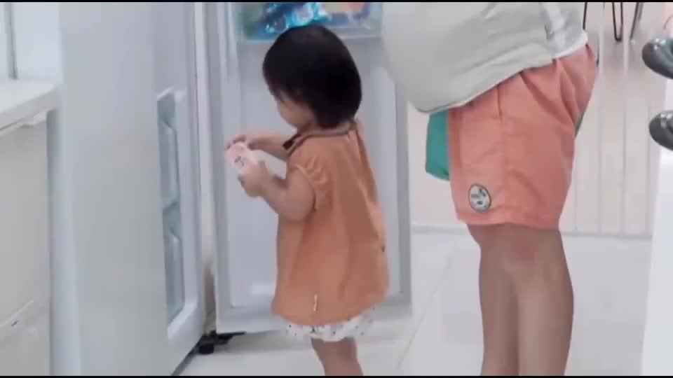 王祖蓝女儿太自立了,吃水果不用妈妈喂,大口大口吃的样子超可爱