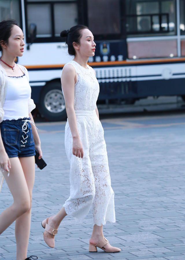 街拍:其实女人并非天生美丽,她们更懂得通过服饰修饰自己