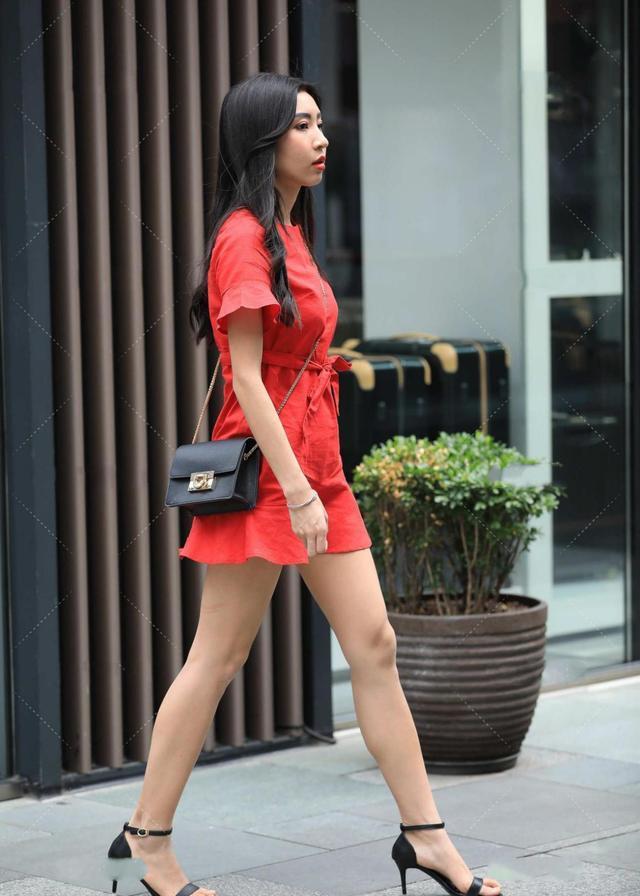 红色收腰连衣裙,大气时尚,更显皮肤白皙