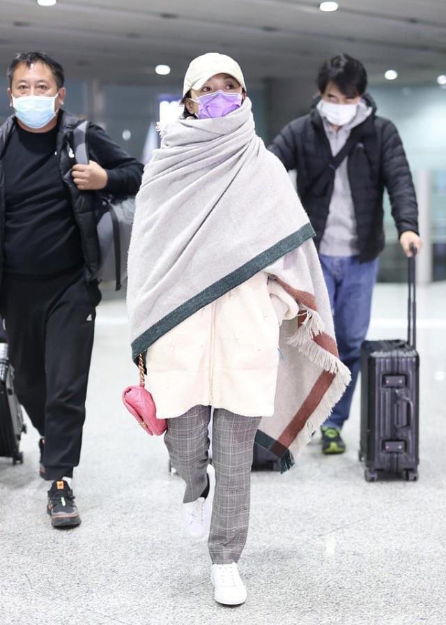 周迅真不拿大家当外人,机场穿得像在家,外套配披肩没点明星包袱