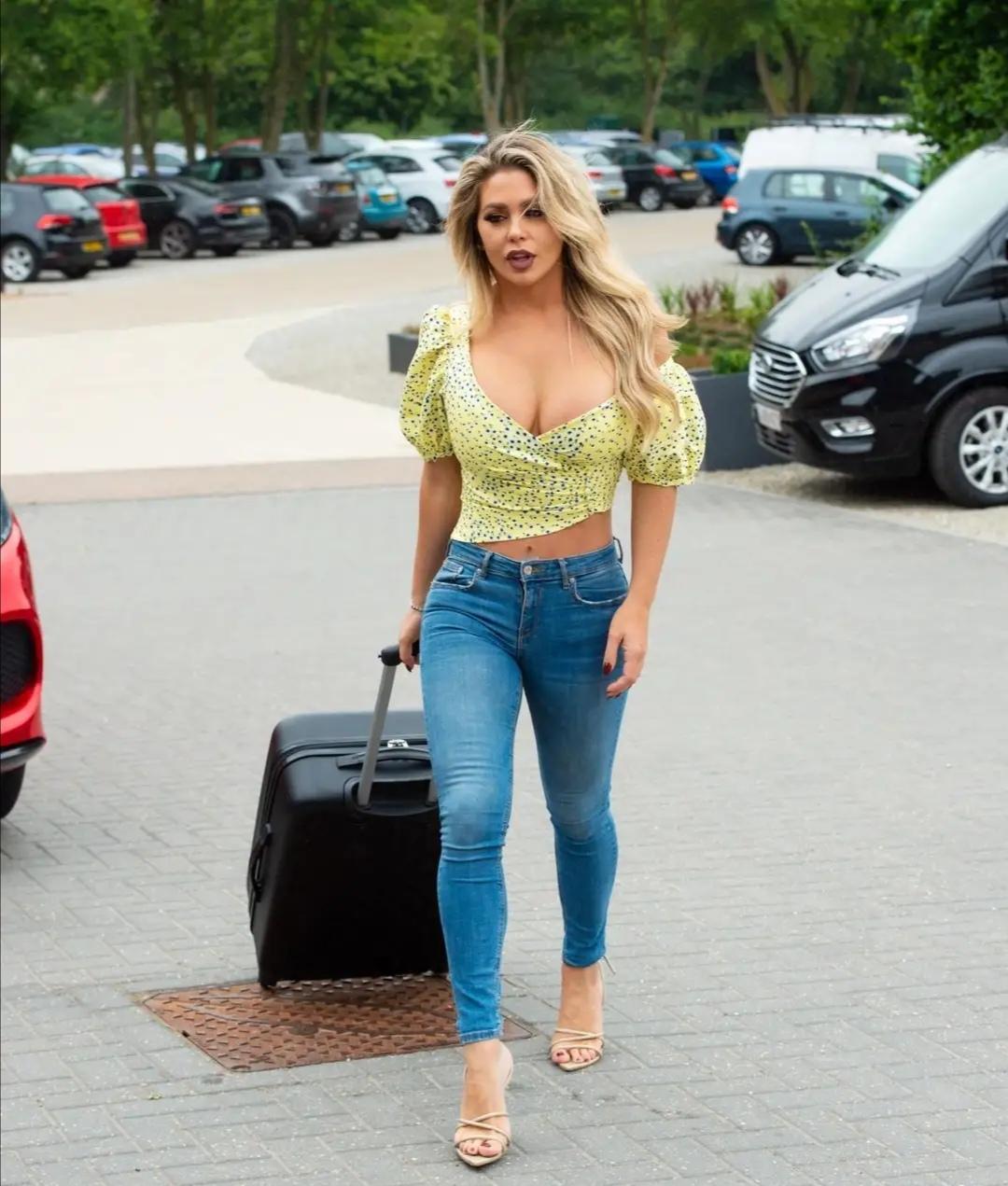 比安卡拖包出行,衬衫搭配牛仔裤,身材窈窕时尚迷人