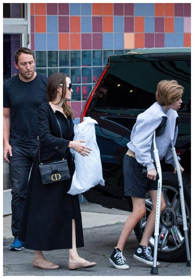 安吉丽娜朱莉小女儿长大了!身高超妈妈肩膀,侧颜像极了爸爸皮特