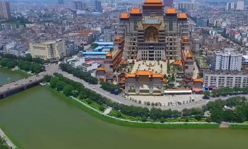 """广西富豪耗资20亿建""""布达拉宫"""",历时15年创11项世界纪录"""