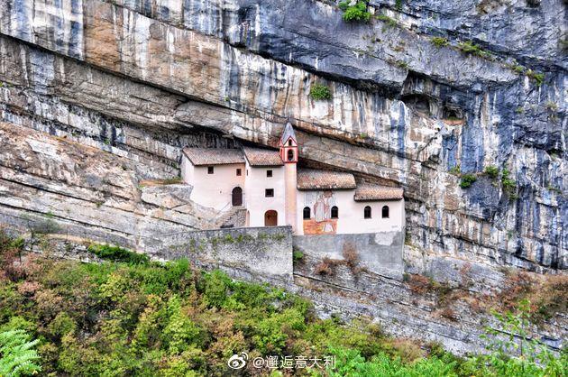 圣哥伦巴诺隐修院(Eremo di San Colombano)位于意大利北部特伦托自