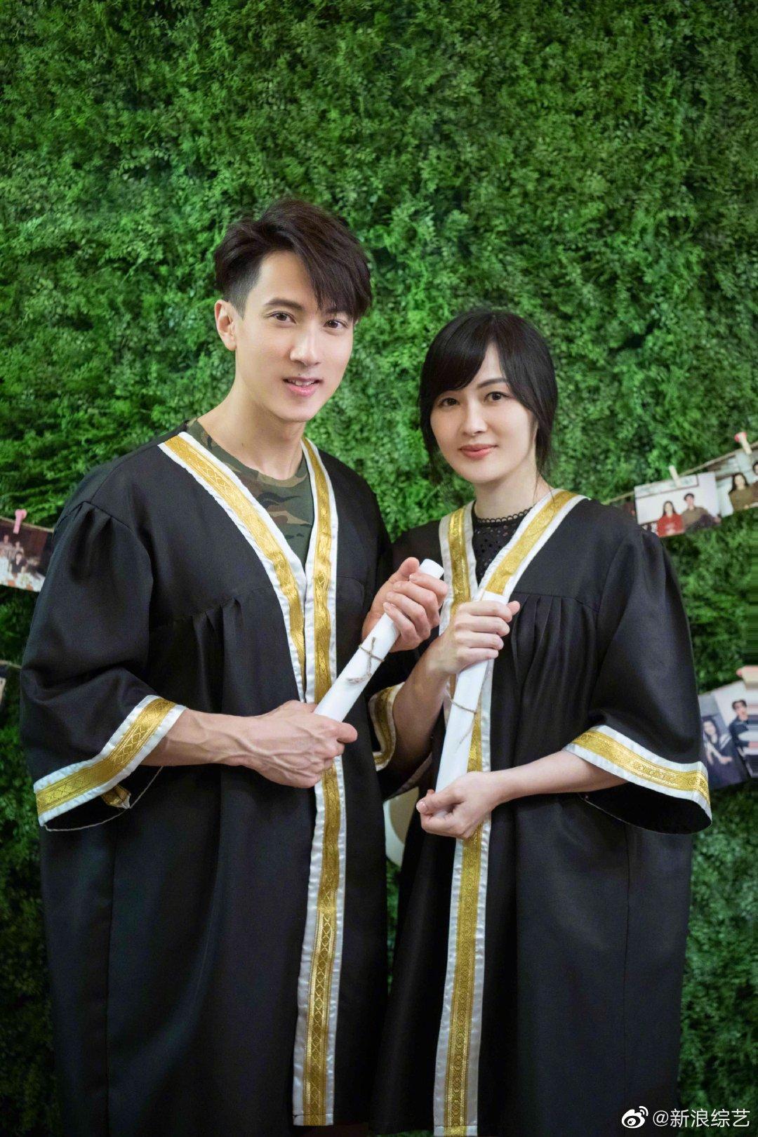 《婚前21天》发布一组@吴尊 、林丽吟身穿学士服的剧照。照片中