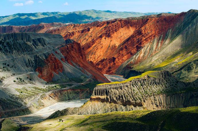 """""""梵高式的彩色峡谷"""" :新疆天山北坡的安集海大峡谷"""