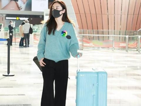 刘芸穿针织衫配黑裤,造型时髦精致,对着镜头比耶,看来心情不错