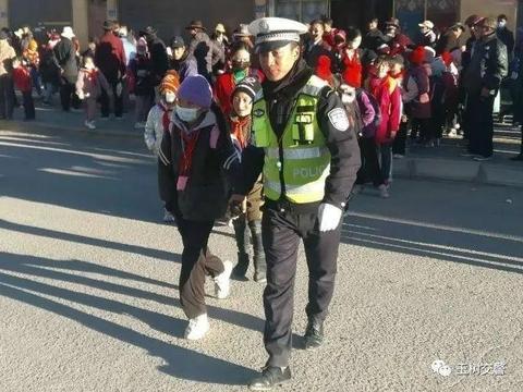 """【玉树交警】治多县公安局交警大队护学岗在行动为学生撑起""""安全伞"""""""