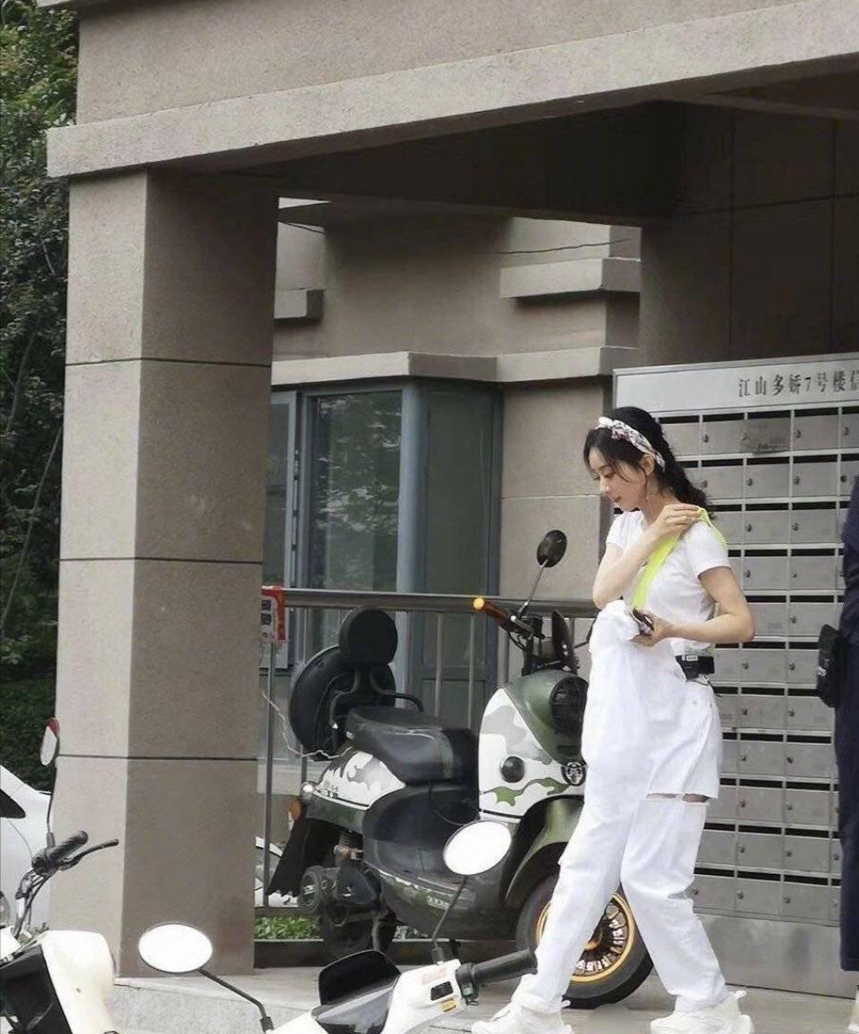 杨幂和赵丽颖背着同款笑脸包,虽说撞衫不尴尬,谁丑谁害怕