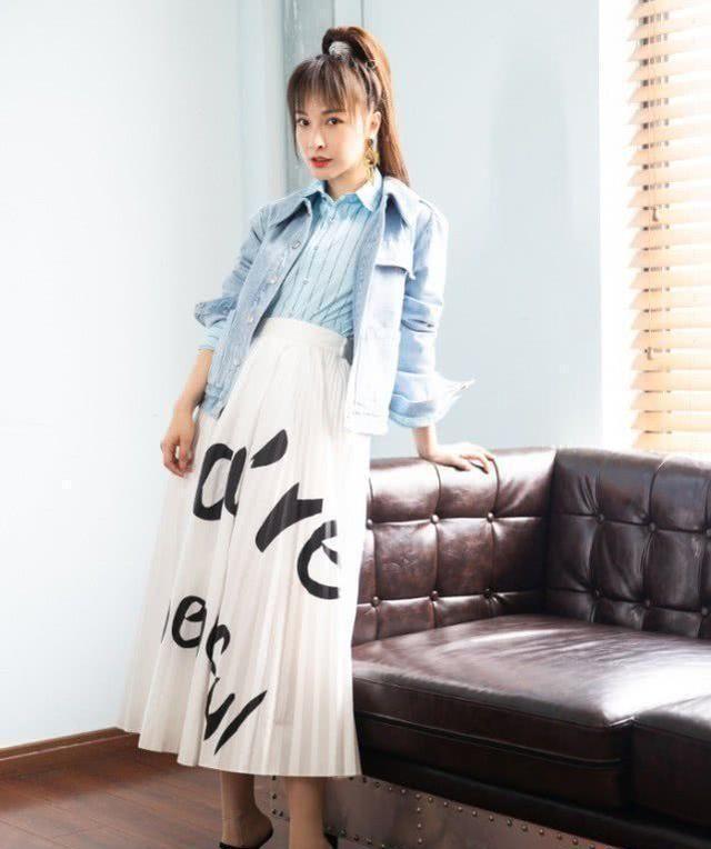 吴昕的时尚感飙升,别人的高跟鞋跟在后面她的在中间,超有气场