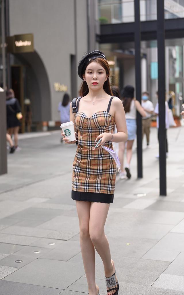 怕热的女生夏天穿什么?美女们选择吊带裙,清凉舒适、时髦又迷人