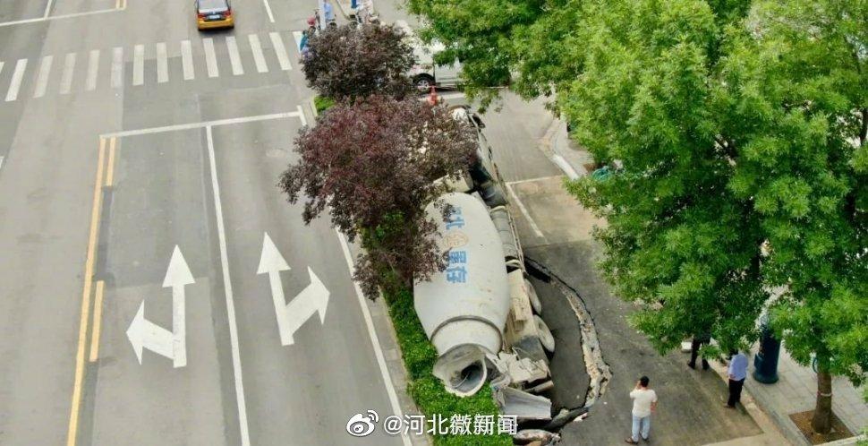 石家庄陷坑中的大罐车已被拖出! 东风路暂时封