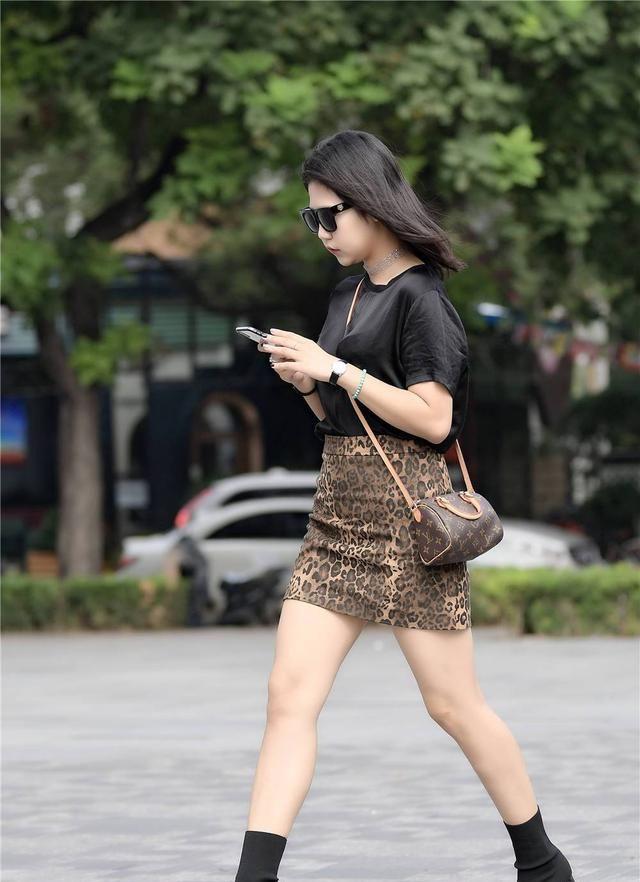 豹纹包臀裙搭配黑色半袖,黑色粗跟修身短靴,秋季穿出简约范