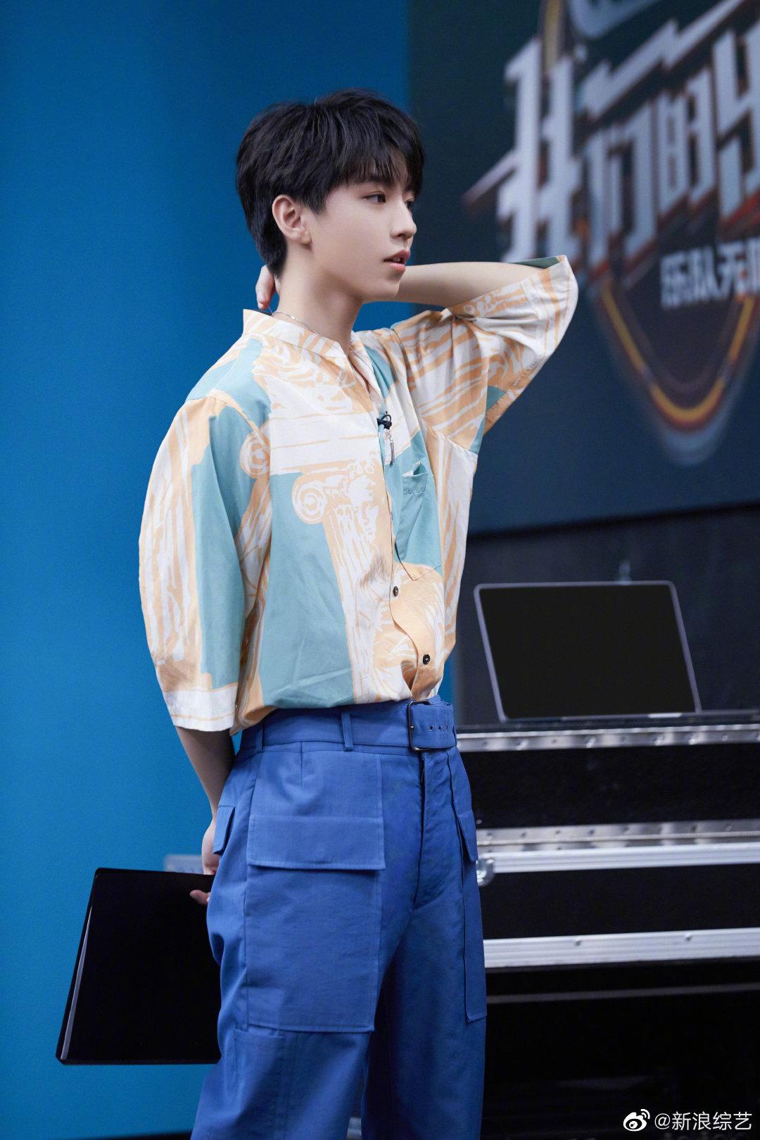 充满夏日气息的@TFBOYS-王俊凯 来啦~复古人像雕塑印花衬衫搭配蓝色工