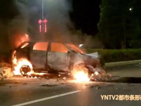"""今天凌晨机场高速发生事故,""""越野""""撞车烧成火球,现场火势很大浓烟滚滚"""