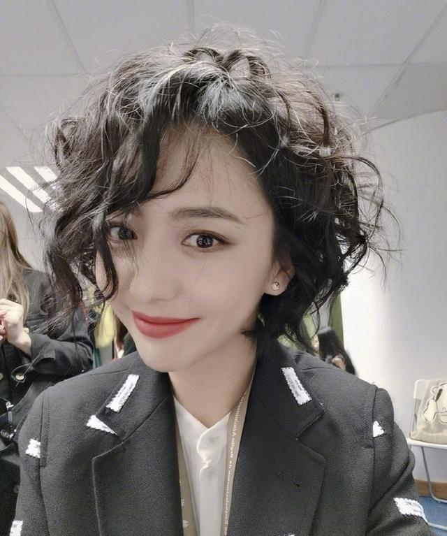 """佟丽娅新发型被吐槽像""""女神经"""",凌乱卷发配西装,36岁美得好看"""