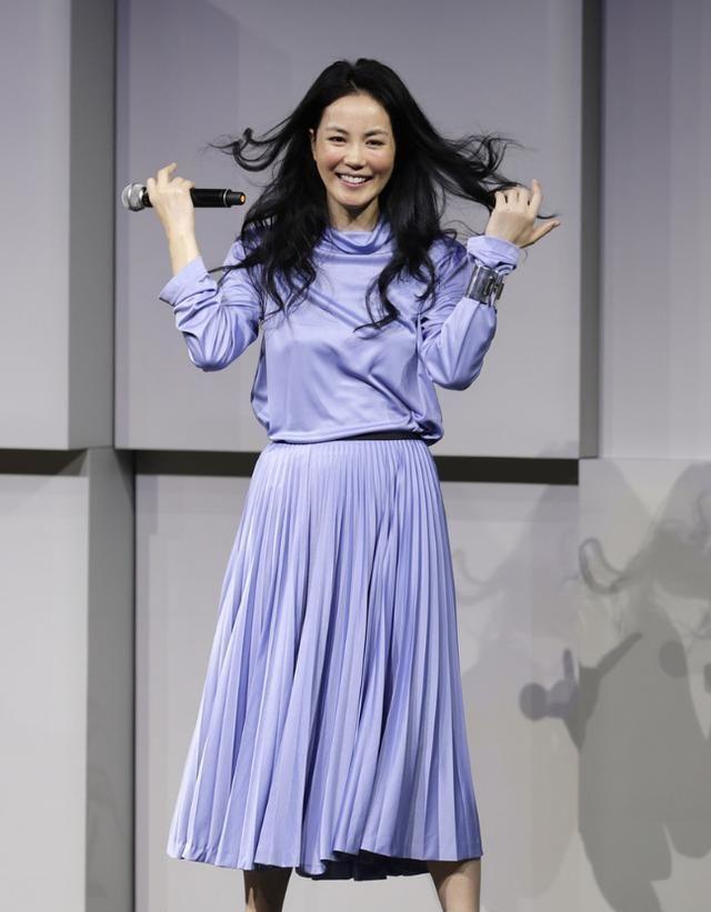 王菲真是挺会穿,素颜出门也好看,一身紫色装扮很有气质