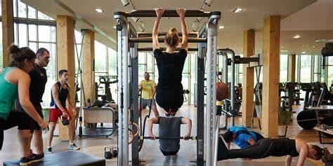 """英国专家警告:远离健身房,经常撸铁的人很可能是""""超级传播者"""""""