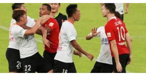 中国足坛又一负面丑闻被曝光,李铁目睹全过程,引发球迷热议