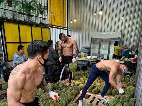 泰健身房因疫情关门,教练倾巢而出裸上身卖榴莲,女顾客:我馋了