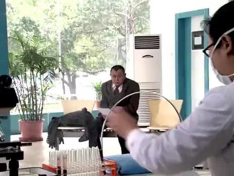 小伙去医院抽血,怕医生动手会很痛就自己来,下一秒医生惨了