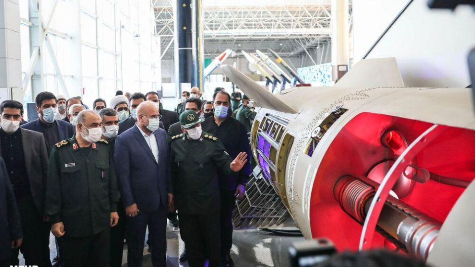 """伊朗展示""""流星-3""""型中程弹道导弹的剖视模型"""